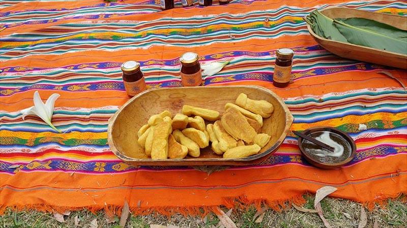 Degustación de productos de Mishky Huarmy con bizcochos